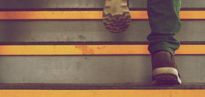lelaki naik tangga