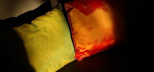 Bantal dekat sofa